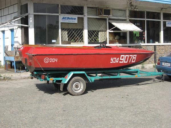 Лодка стеклопластиковая сделанную на заказ.
